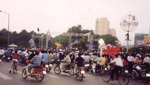 Ngắm lại loạt 'siêu xe' dạo phố Tết Hà Nội trong thập niên 90