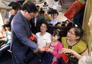 Bí thư Thành ủy Hà Nội Hoàng Trung Hải lì xì cho hành khách đầu năm