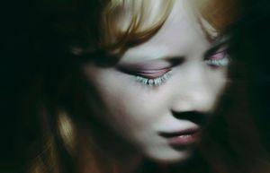 """""""Cô gái mù"""" xinh đẹp vào """"bẫy"""" của nhiếp ảnh gia"""