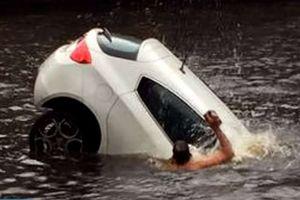 """4 """"người hùng"""" cứu 2 mẹ con khỏi xe hơi đang chìm"""