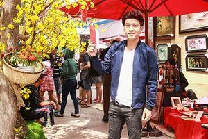 Hồ Quang Hiếu rạng rỡ đi xin chữ đầu năm