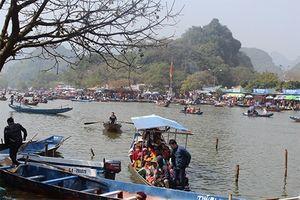Hàng vạn du khách nô nức trẩy hội chùa Hương