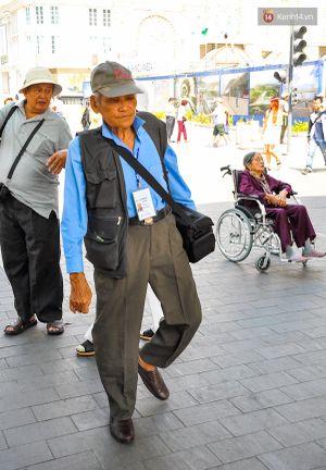 Gặp cụ ông gần 80 tuổi chụp ảnh dạo mưu sinh tại đường hoa Nguyễn Huệ