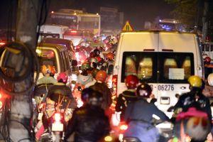 Người dân đổ về Hà Nội, Quốc lộ 1A kẹt cứng nhiều giờ