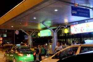 Tại sao khách thì mệt mỏi tìm xe, còn tuyến xe buýt duy nhất tại sân bay Tân Sơn Nhất lại luôn ế khách?