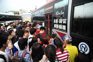 Người dân tỉnh lẻ xếp hàng dài chờ 5 tiếng đồng hồ không mua được vé xe khách về quê nghỉ lễ