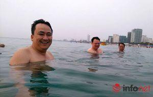 """Giám đốc Sở TN-MT tắm biển để khẳng định """"biển Đà Nẵng an toàn""""!"""