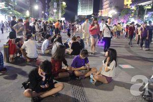 """Hàng ngàn người dân Sài Gòn đổ ra đường đi chơi lễ, """"xí"""" chỗ xem pháo hoa"""