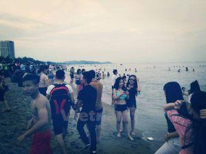 Bãi biển Cửa Lò chật cứng người trong hai ngày đầu nghỉ lễ