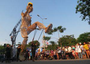 Ùn ùn đi xem rối khổng lồ nhảy múa trên đường phố Huế