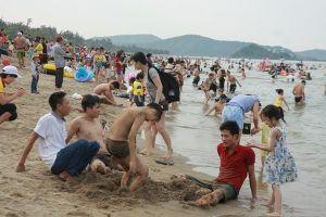Nghệ An: Hàng vạn du khách về biển Cửa Lò tắm biển, dự lễ mùa du lịch