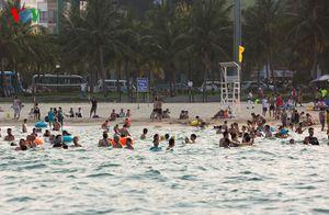Hình ảnh: Người dân và du khách vui chơi trên biển Đà Nẵng