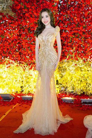 Elly Trần đeo trang sức 2 tỷ, đội vương miện hệt búp bê Barbie