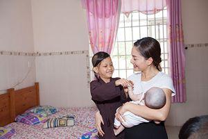 Lan Phương thích thú khi được các em nhỏ tết tóc