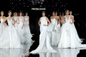 """Các cô dâu """"điên đảo"""" với Atelier Pronovias"""