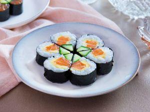 Tuyệt ngon với sushi cá hồi tự làm