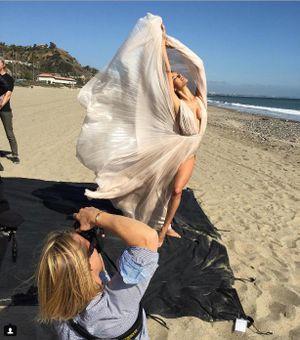 Thiên thần nội y hồn nhiên lộ ngực ở biển Malibu
