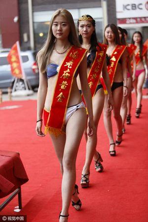 Dàn người mẫu Trung Quốc mặc bikini ở cửa hàng gây bức xúc