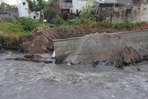 Biên Hòa: Mưa lớn làm sập bờ kè cầu Xóm Mai