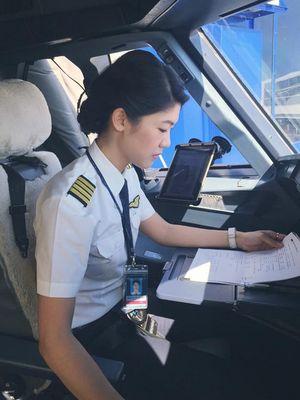 Cận cảnh cuộc sống sang chảnh của bạn gái cơ trưởng Trương Thế Vinh