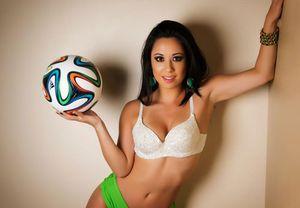 Vẻ nóng bỏng khó cưỡng của VĐV bóng đá nghệ thuật người Brazil
