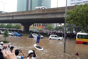 """Hàng trăm ôtô ngập nước, """"chết lâm sàng"""" tại Hà Nội"""