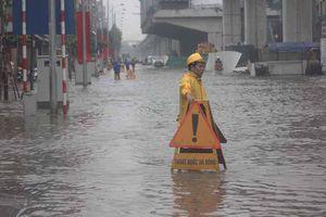 Bì bõm ở nơi ngập nặng nhất Hà Nội