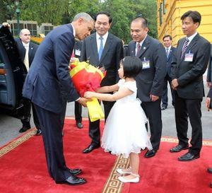 Bé gái tặng hoa cho Tổng thống Obama là ai?