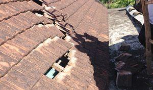 Hoang mang vì máy bay 'bốc' 200 viên ngói trên mái nhà