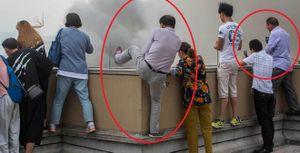 Dân tình trèo cả lên lan can tầng thượng để 'hóng' 1 vụ hỏa hoạn