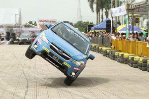 Thót tim với màn trình diễn ô tô siêu mạo hiểm tại Hà Nội