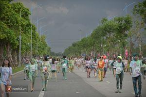 Mưa giông bất chợt, các bạn trẻ tham gia Color Me Run ùa vào Trung tâm thương mại trú mưa