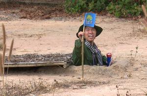 Con trai Phạm Anh Khoa khóc khi chui hầm ở Địa đạo Củ Chi