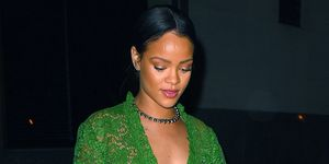 Rihanna chơi trội với mốt có mặc mà như không