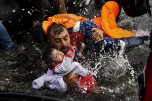 Chùm ảnh rơi nước mắt về số phận những trẻ em trong chiến tranh và làn sóng di cư
