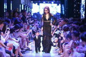 Con trai Diễm Hương lần đầu catwalk cùng mẹ