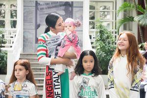 Hoa hậu Ngọc Hân trình diễn áo dài cùng các thiên thần nước Ý