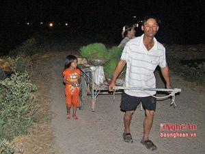 Tránh nắng nóng, nông dân Nghệ An cấy lúa lúc nửa đêm