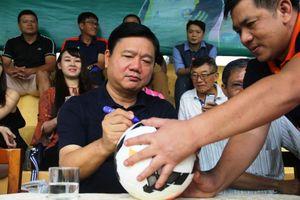 Bí Thư Đinh La Thăng ủng hộ giải bóng đá từ thiện, song ca cùng ca sỹ Cẩm Vân