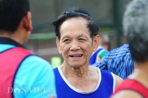Tròn mắt xem cụ ông 84 tuổi chơi bóng đá như thanh niên