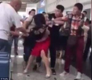 Sân bay quốc tế náo loạn: Vợ đánh bồ nhí tơi tả