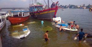 3 ca nô du lịch chìm bên sông Hội