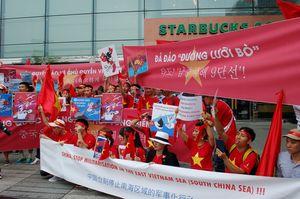 """Người Việt """"nhuộm đỏ"""" Seoul, biểu tình phản đối Trung Quốc"""