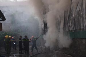 Clip đám cháy kho hàng tại khu vực đường Phạm Văn Đồng-Cổ Nhuế