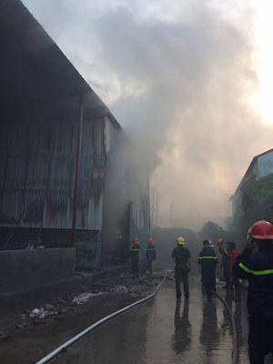 Cháy lớn tại xưởng vải và giấy trên đường Phạm Văn Đồng