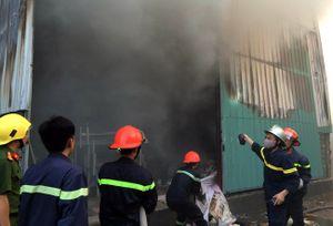 Cháy lớn tại Phạm Văn Đồng gây tắc đường chiều Chủ nhật