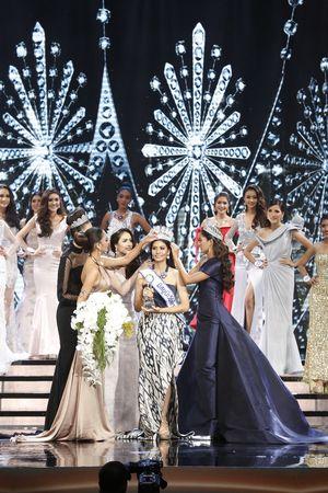 Cận cảnh nhan sắc gây tranh cãi của Hoa hậu Thái Lan