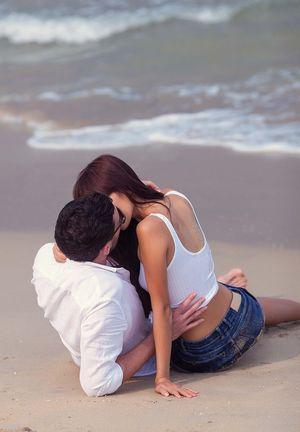 Siêu mẫu Hà Anh hôn chồng say đắm ở biển Đà Nẵng