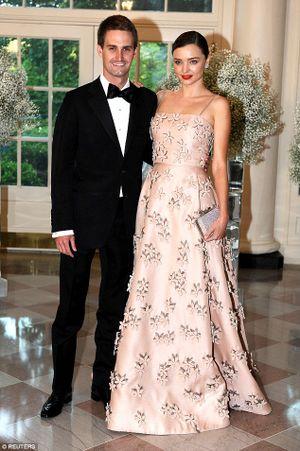 Miranda Kerr xuất hiện cực xinh đẹp, khoe nhẫn đính hôn kim cương