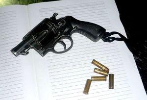 Một CSGT trúng đạn trong lúc kiểm tra súng